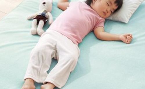 2歲半的孩子半夜自己開燈上廁所,媽媽越「懶」孩子越能幹
